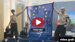 Кадр з відео прес-конференції у Празі