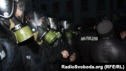 Беркутівці в протигазах біля адміністрації президента в Києві