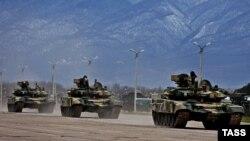 Российская военная техника близ российской базы в Гудауте, Абхазия. Декабрь 2009 года. Иллюстративное фото.