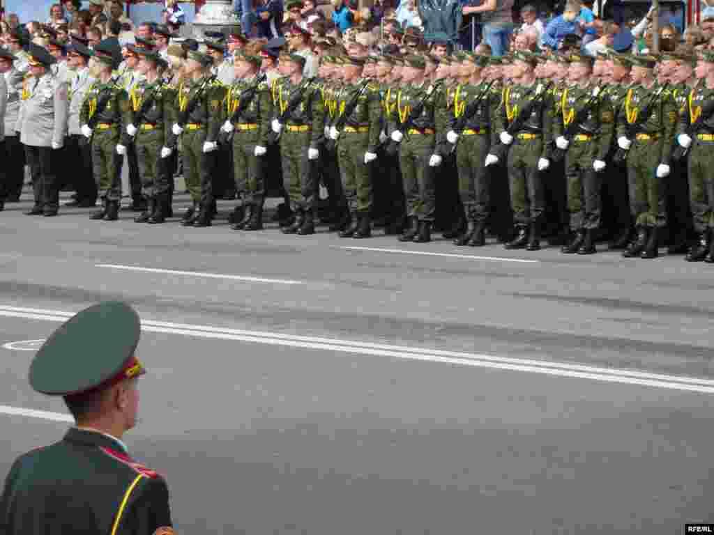 130 військовослужбовців з республіки Білорусь маршишують окремою колоною.