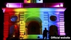 Освещение одного из зданий посольства США в Праге в честь ЛГБТ-фестиваля Prague Pride