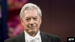 Mario Vargas Llosa Nobel mükafatını alarkən.