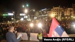 Pamje nga protesta e mbrëmshme në Beograd