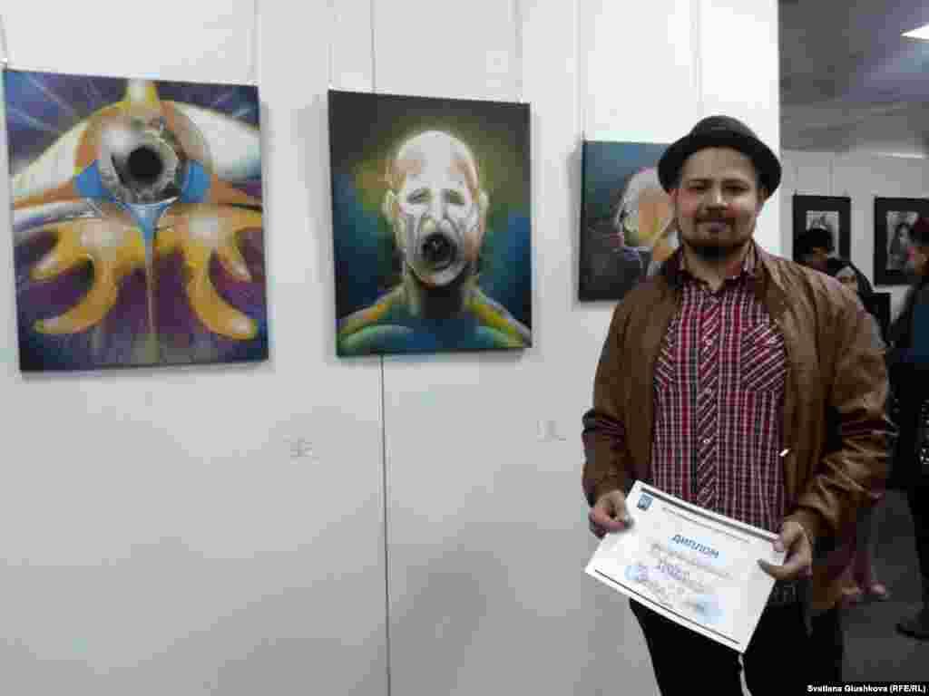 Художник и музыкант Александр Ворончихин – один их участников, получивших диплом.На выставке представленытри его картины: «Искра», «Песня», «Пространство». По его словам, он хотел показать интересный взгляд на привычные вещи.
