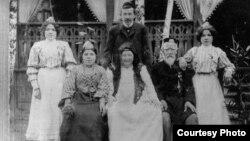 Хәйретдин Агиев гаиләсе белән Кусково дачасында. 1905 ел