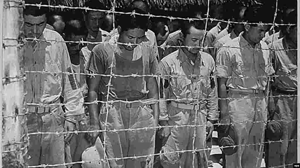 За неполных два года нахождения в столице советского Казахстана пленные японцы участвовали в строительстве промышленных объектов, жилья, общественных зданий. В Алматы до сих пор покоятся останки более сотни японских солдат. На фото: японские пленные с опущенными головами слушают объявление о капитуляции Японии во Второй мировой войне. Гуам, 1945 год.