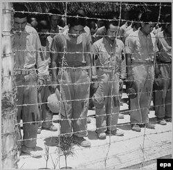 Японские военнопленные на острове Гуам слушают заявление императора о безоговорочной сдаче, 15 августа 1945 г.