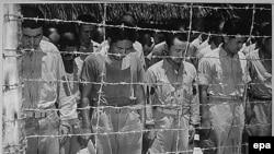 Жапон әскери тұтқындары Екінші дүниежүзілік соғыстағы Жапонияның капитуляциясы туралы хабарды тыңдап тұр. Гуам, 1945 жыл.