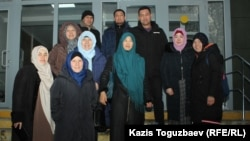 Осуждённые Дария Нышанова (вторая справа) и Карлыгаш Адасбаева (третья справа) вместе с группой своих сторонников. Алматы, 27 января 2020 года.