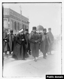 انور پاشا (وسط) همراه با جمال پاشا (راست) در بازدید قبهالصخره در بیتالمقدس که در آن زمان بخشی از عثمانی بود.