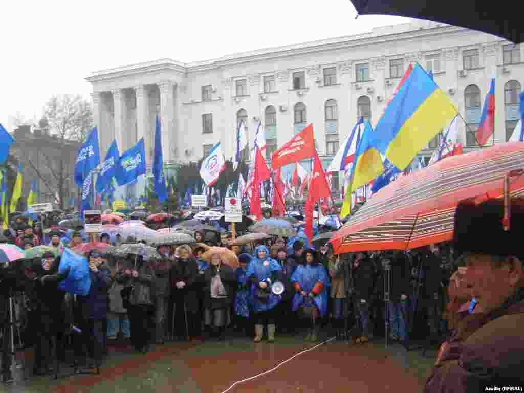 Під час мітингу Євромайдан-Крим на площу прийшли проросійські активісти. За словами координатора акції Андрія Щекуна, Партія регіонів вивела на площу бюджетників