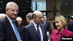 Ձախից աջ` Եվրամիության արտգործնախարարներ Կարլ Բիլդտը, Ալեն Ժուպեն եւ Վեսնա Պուսիչը Բրյուսելում, 23 փետրվար, 2012