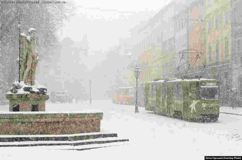 Казково запорошені снігом львівські трамваї створюють дивовижну атмосферу затишного міста