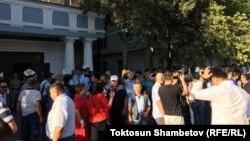Жогорку соттун алдында Текебаев менен Чотоновдун тарапкерлери. 21.08.2019