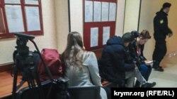 Российские и крымские СМИ ожидают суда над адвокатом Эмилем Курбединовым в райсуде Симферополя, 6 декабря 2018 года