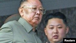 Ким Чен Ир мураскер уулу Ким Чен Ын менен аскерий парадды көрүү учурунда. 2010-жылдын 10-октябры.