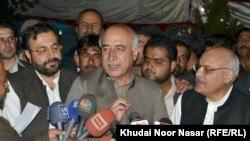 د بلوچستان وزیراعلی ډاکتر عبدالمالک بلوڅ او د خیبرپښتونخوا پخوانی د اطلاعاتو وزیر میا افتخار حسین خبري کانفرنس کوي