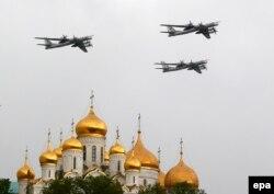 Стратегические бомбардировщики Ту-95 над Кремлем