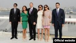 Азербайжандын президенти Алиевдин үй-бүлөсү (сүрөт качан тартылганы белгисиз).