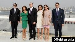 Алиев үй-бүлөсү менен.