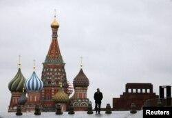 Собор Василия Блаженного и мавзолей Ленина на Красной площади. Москва.
