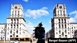 Мужчына ў касьцюме каранавірусу перад чыгуначным вакзалам у Менску, 11 красавіка