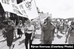 На чале «Маршу міру-1982», першая зьлева -- Вера Адамовіч
