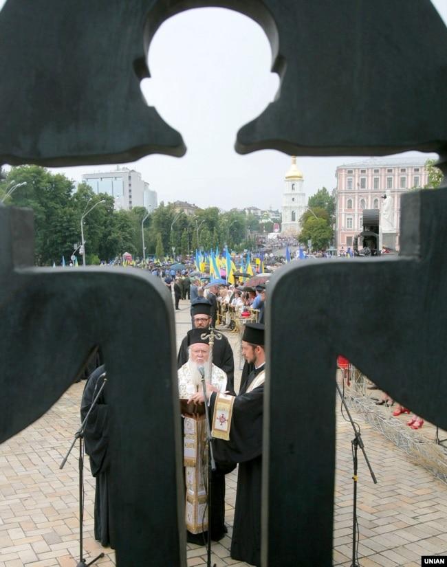 Вселенський патріарх Варфоломій I (в центрі) під час вшанування жертв Голодомору-геноциду в Україні 1932–1933 років. Поруч пам'ятного знаку на Михайлівській площі в Києві, 26 липня 2008 року