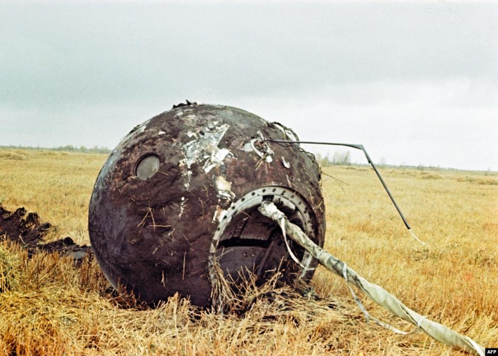 Обугленная спускающаяся капсула «Восток-1» видна на посадочной площадке в 700 километрах к юго-востоку от Москвы 12 апреля 1961 года. Капсула приземлилась пусто, когда Гагарин совершил прыжок с парашютом на высоте 7000 метров.