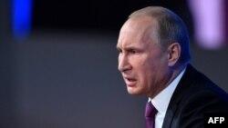 Ресей президенті баспасөз жиынында сөйлеп отыр. Мәскеу, 18 желтоқсан 2014 жыл.