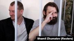 Військовополонені українські моряки Сергій Попов і Денис Гриценко перед початком судового засідання про продовження арешту, Москва, 17 липня 2019 року