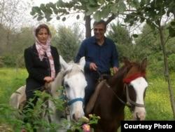 Ирандық құқық қорғаушы Насрин Сотудех (сол жақта) пен күйеуі Реза Хандан атпен серуендеп жүр.