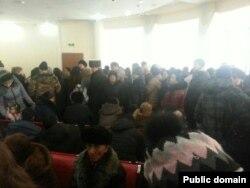 СМС-хабар тарағаннан кейінгі банктегі кезек. Астана, 18 ақпан 2014 жыл. Сурет Фейсбук әлуметтік желісінен алынды.