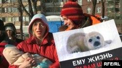 """Шубы и шапки из натурального меха, кожаные куртки были торжественно отправлены на сжигание. <a href=""""http://www.svobodanews.ru/photogallery/145.html"""">Остальные фотографии</a>"""