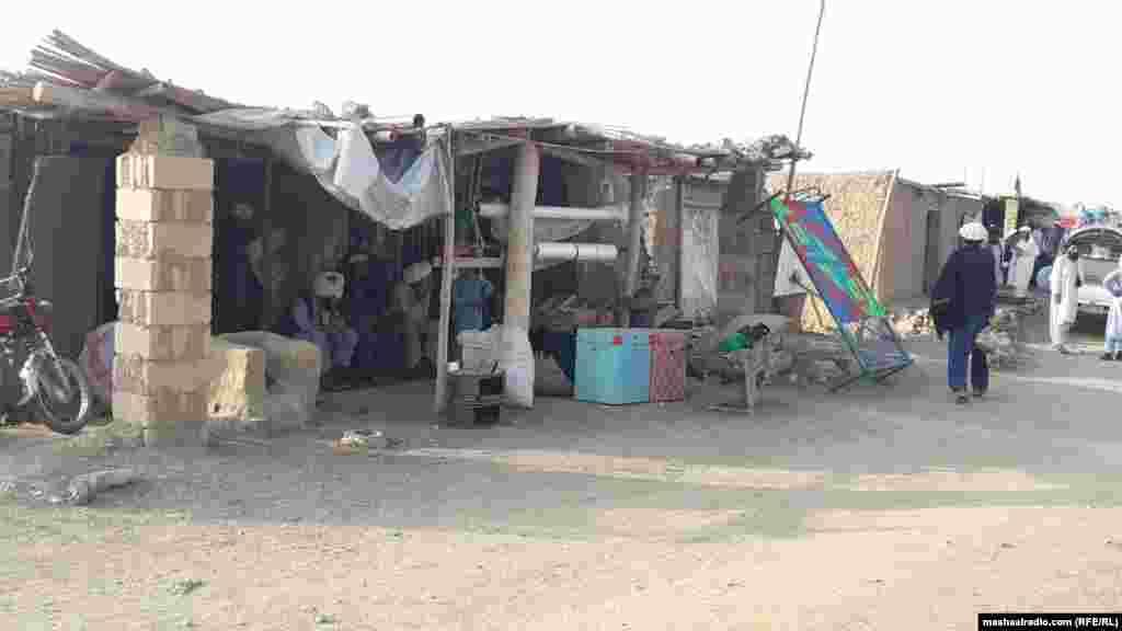 د خوست د ګلان کېمپ په ګډوند دې ولایتپه بیلابیلو سیمو کې د میشتو وزیرستانیو کډوالو مشران وايي، چې افغان حکومت او د کډوالو په برخه کې نور مرستندویه بنسټونه دې،دوی سره د خوراکي او غیر خوراکي توکو مرستې وکړي.