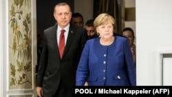 Германската канцеларка Ангела Меркел и турскиот претседател Реџеп Тајип Ердоган пред билатералната средба во пресрет на самитот на Г-20 во Хамбург, Германија, 6 јули 2017.