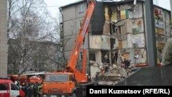 Тяжелая техника работает на месте взрыва в жилом доме в Ярославле, 16 февраля 2016 года