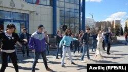 Татар яшьләре флешмоб күрсәтә