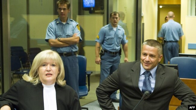 Kada je Orić zbog internacionale potjernice bio zadržan u Švicarskoj, u njegovu odbranu stale su čak i bošnjačke žrtve koje su išle u švicarsku ambasadu i molile da on bude pušten
