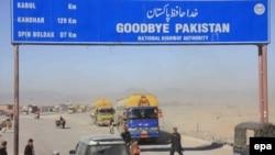 Ооганстандагы НАТО аскерлерине жүк тарткан автокербен Пакистан-Ооганстан чек арасындагы Чамам бекетинде. 10-декабрь, 2011
