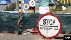 Украинский пограничник на пропускном пункте недалеко от границы с Россией. Иллюстративное фото.