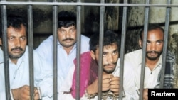 Четверо обвиненных в груповом изнасиловании Мухтаран Маи, ставшей символом угнетения женщин в Пакистане. Мултан, 16 июля 2002 года.