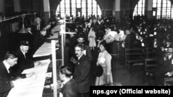 Імміграційна інспекція у Великому залі Елліс Айленд