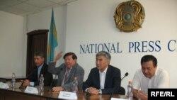 Политики Болат Абилов, Мухтар Шаханов, Жармахан Туякбай, Дос Кошим на пресс-конференции в Алматы 17 сентября 2008 года.