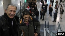 ماسیمو آپارو، معاون مدیر کل آژانس (سمت چپ) به هنگام ورود به تهران. ۱۸ ژانویه ۲۰۱۴.