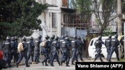 Қарулы топқа қарсы операция өтіп жатқан жердегі арнайы жасақ сарбаздары. Тбилиси, 22 қараша 2017 жыл.