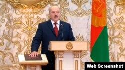 Архіўнае фота. Аляксандар Лукашэнка прысягае на Канстытуцыі Рэспублікі Беларусь падчас інаўгурацыі. Менск, 6 лістапада 2015 году