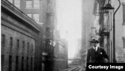 Владимир Маяковский в Нью-Йорке. Иллюстрация из книги: Ноберт Евдаев. Давид Бурлюк в Америке. М., «Наука», 2007