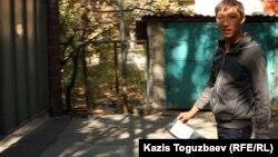Қолына рентген суретін ұстаған жігіт. Алматы, 3 қазан 2012 жыл.