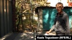 Призывник с рентгеновским снимком в руках. Алматы, 3 октября 2012 года.